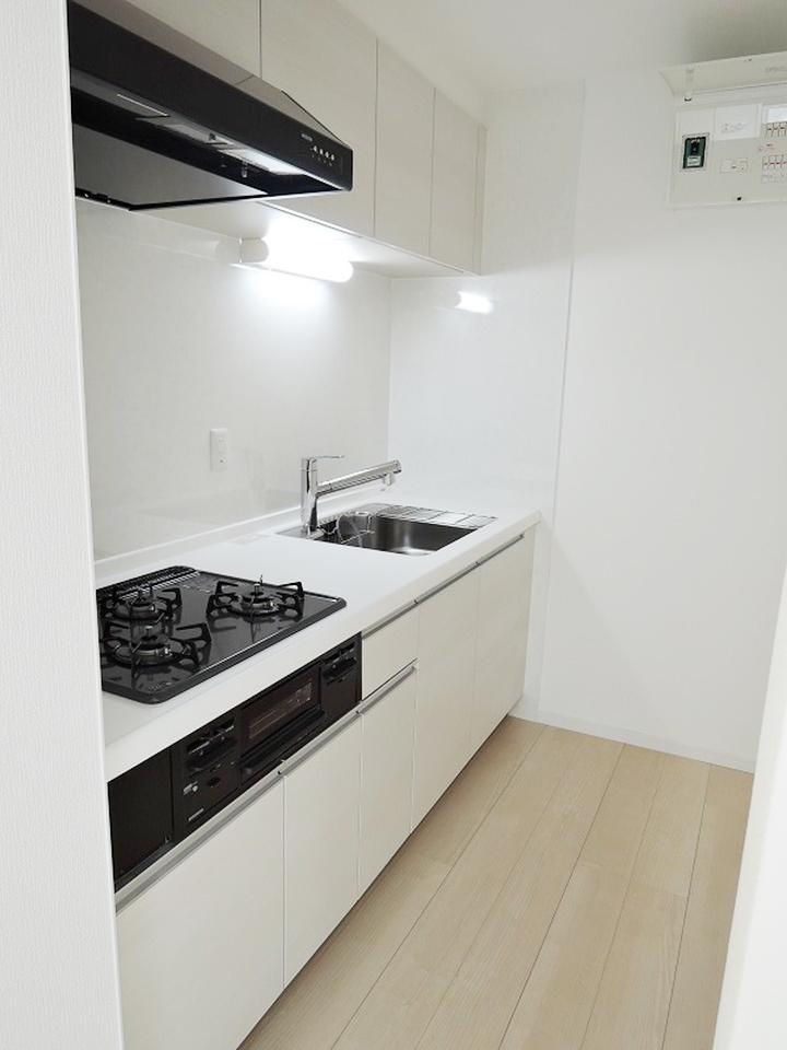 白と黒のコントラストが素敵なキッチン