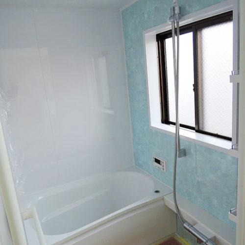 爽やかカラーの浴室