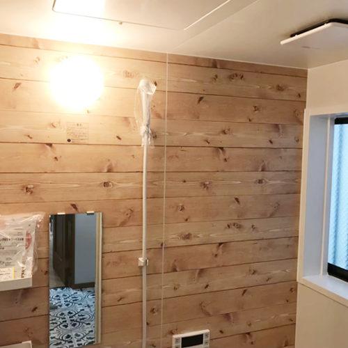 ボルドーパインを使用した浴室壁面