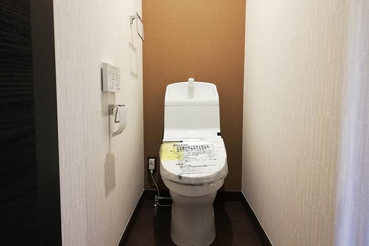 評判の高い木目調クロスがアクセントのトイレ